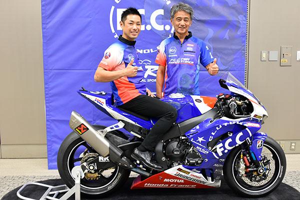 バイクと高橋裕紀、藤井正和総監督